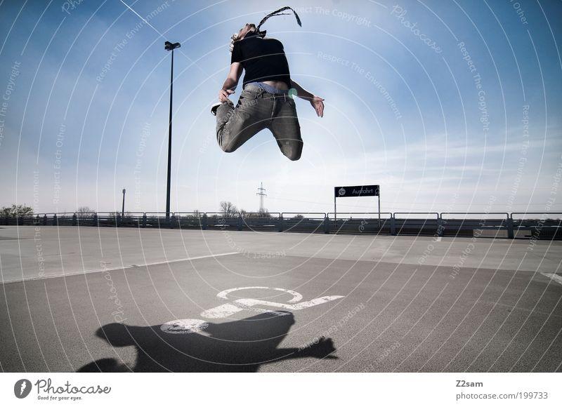 gib niemals auf! Himmel Sommer Wolken Straße springen Park fliegen hoch ästhetisch Erfolg verrückt Lifestyle Coolness einzigartig Jeanshose fallen