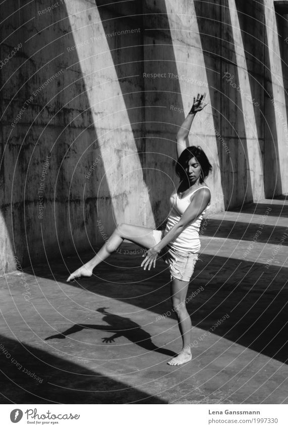 Modern Dance Moves Mensch Frau Ferien & Urlaub & Reisen Jugendliche Junge Frau Freude Erwachsene Bewegung feminin Party Körper Kraft Musik Tanzen Lebensfreude
