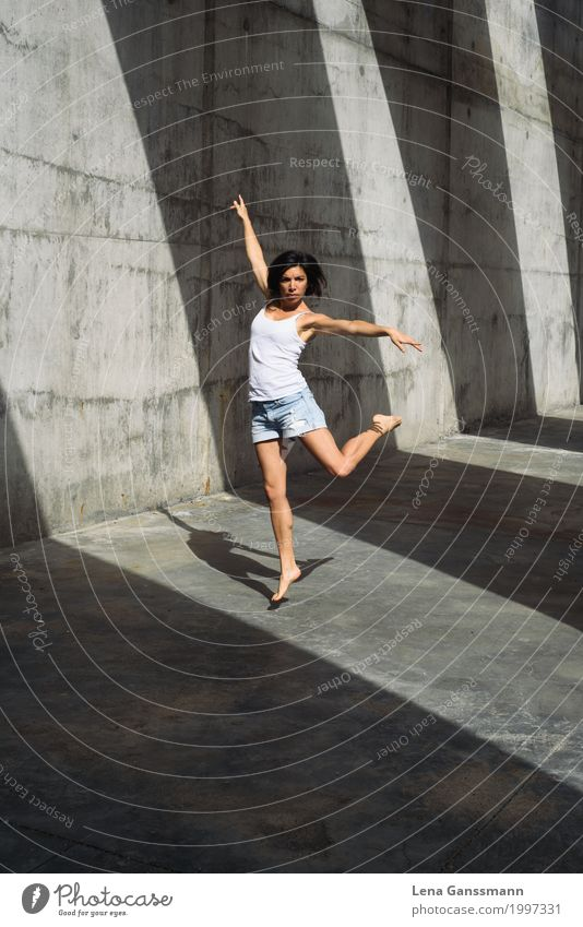 Tanz vor Schatten Stil Körperpflege sportlich Tanzen feminin Junge Frau Jugendliche Erwachsene 1 Mensch 18-30 Jahre 30-45 Jahre Tänzer Hemd Jeanshose