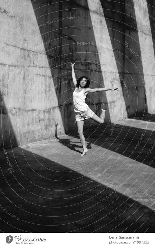 Frau tanzt vor geometrischen Schatten auf Beton sportlich Fitness Meditation Spielen Sommer Sommerurlaub Sonne Sport-Training Leichtathletik Yoga Tanzen