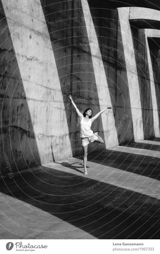 Frau tanzt vor geometrischen Schatten auf Beton Stil Körperpflege sportlich Tanzen feminin Junge Frau Jugendliche Erwachsene 1 Mensch 18-30 Jahre 30-45 Jahre