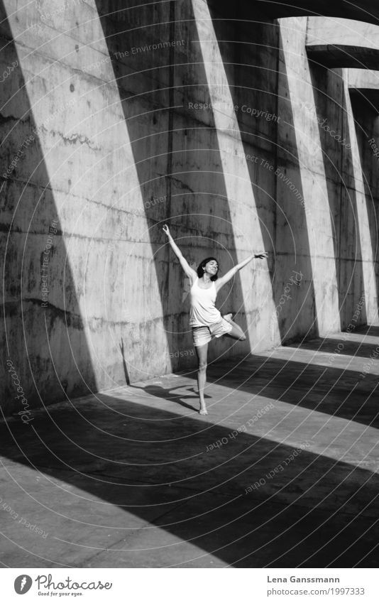 Tänzerin vor Schattenstreifen Freude Leben Wohlgefühl Freizeit & Hobby Sommer Tanzen Tanzschule feminin Junge Frau Jugendliche Erwachsene Körper 1 Mensch