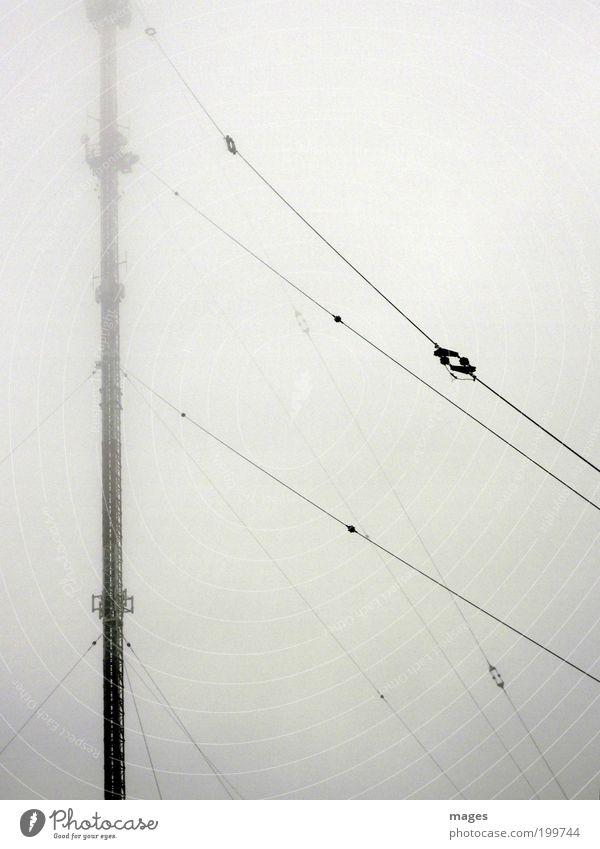 Elektrosmog Sendemast Telekommunikation hoch Sender Strahlung Antenne Nebel Farbfoto Gedeckte Farben Außenaufnahme Menschenleer Kontrast Silhouette