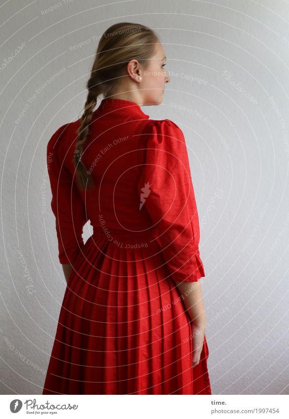 . feminin Junge Frau Jugendliche 1 Mensch Kleid Haare & Frisuren blond langhaarig Zopf beobachten Blick stehen schön rot selbstbewußt Coolness Willensstärke