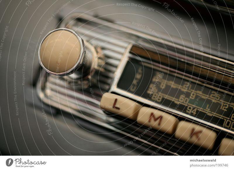 Radio PKW Metall ästhetisch hören Radiogerät drehen silber Nostalgie beige Oldtimer Elektrisches Gerät Makroaufnahme Radio-Frequenz-Interferenz
