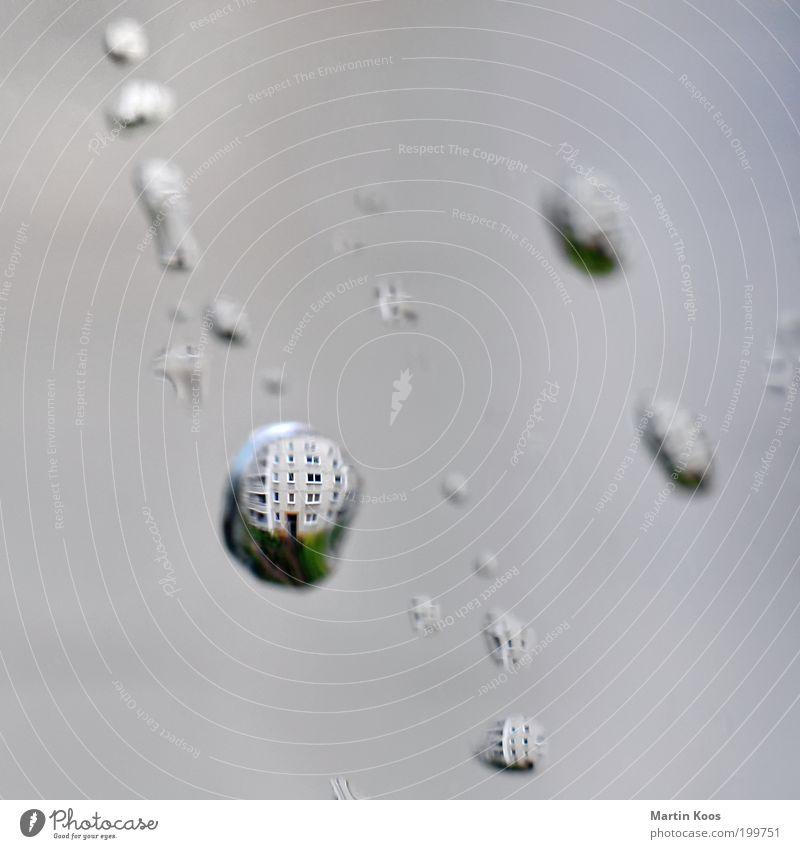 Ein Regen ist kalt durch den Tag gegangen Wetter träumen Wassertropfen nass Verzerrung Haus Neubau Fleck Experiment Fenster Kugel Erde Glas Muster Linse