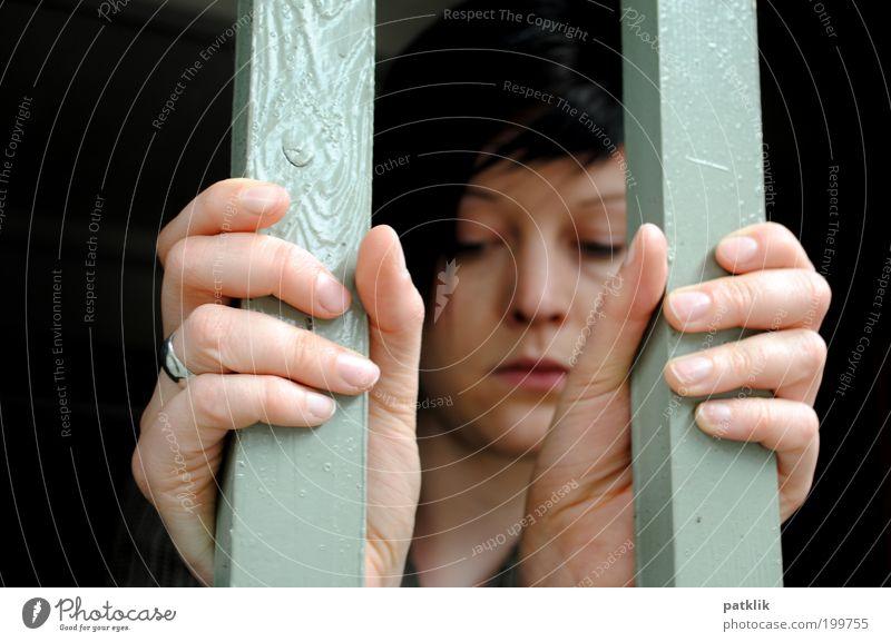 Hinter Gittern Mensch Jugendliche Einsamkeit Gesicht Erwachsene feminin Traurigkeit Denken träumen Angst geschlossen warten 18-30 Jahre trist einzigartig