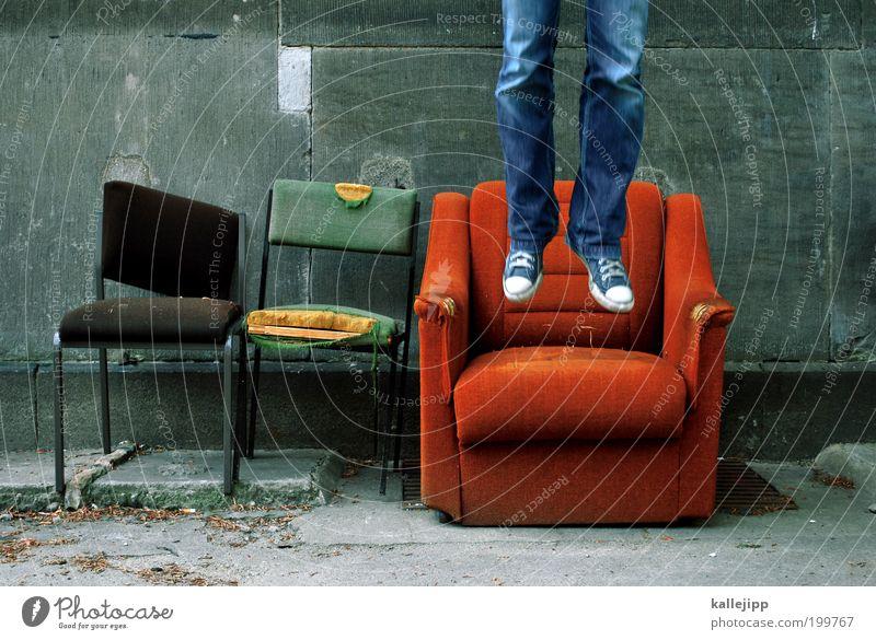 2999_vorfreude Mensch Jugendliche alt Freude Erwachsene springen Beine Innenarchitektur Fuß Feste & Feiern orange Wohnung fliegen Freizeit & Hobby verrückt Häusliches Leben
