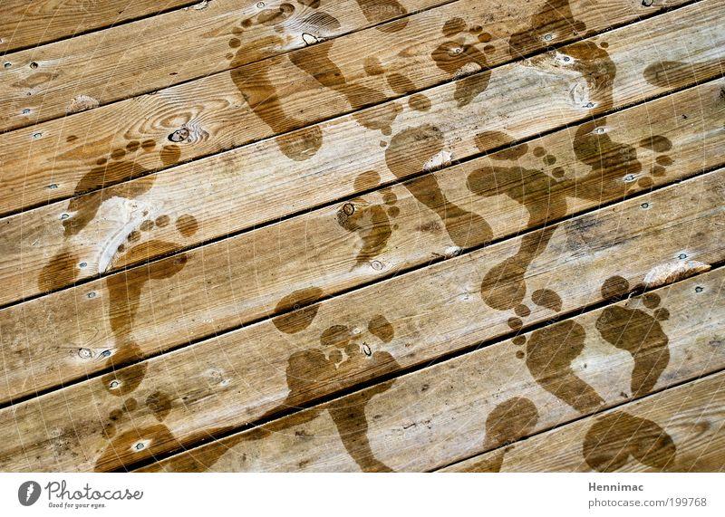 Nach dem dritten Aufguss. Freude kalt Erholung Holz Fuß Zufriedenheit braun Tanzen Gesundheit nass Lifestyle frisch Coolness Wellness