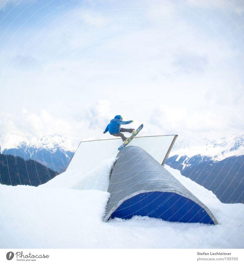 Rohr frei Mensch Himmel blau Wolken Winter Berge u. Gebirge Stil Mauer Lifestyle maskulin Tourismus rund Coolness sportlich Snowboard Trick