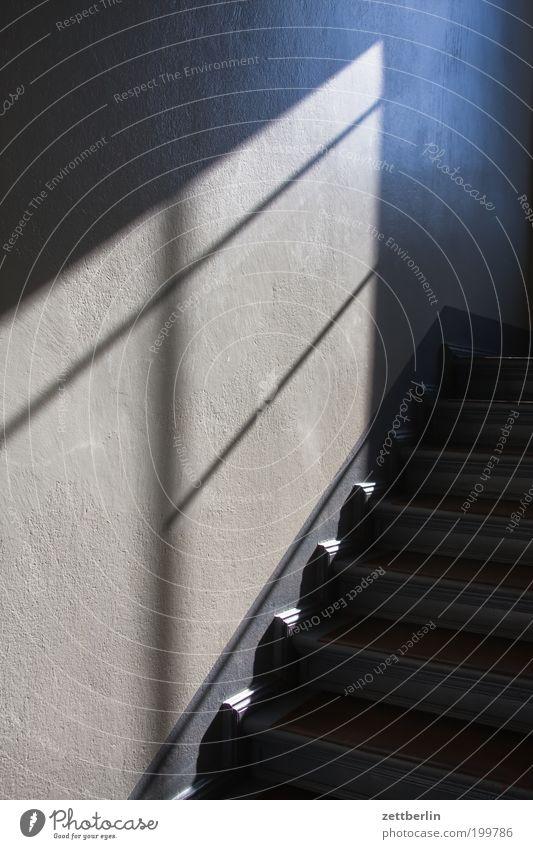 Antwort auf ringo Haus Wand Treppe Häusliches Leben Niveau Treppenhaus Karriere aufsteigen steil Abstieg Lebenslauf Fenster Lichteinfall Fensterkreuz