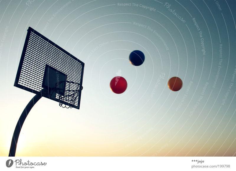 grundfarben. Freizeit & Hobby Sport Ballsport Basketball Basketballkorb werfen Farbe Grundfarben RGB Treffer Korb Spielen fliegen Außenaufnahme Menschenleer