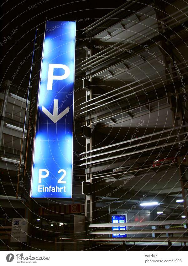 Parking blau schwarz Schilder & Markierungen Verkehr Parkhaus Nachtaufnahme
