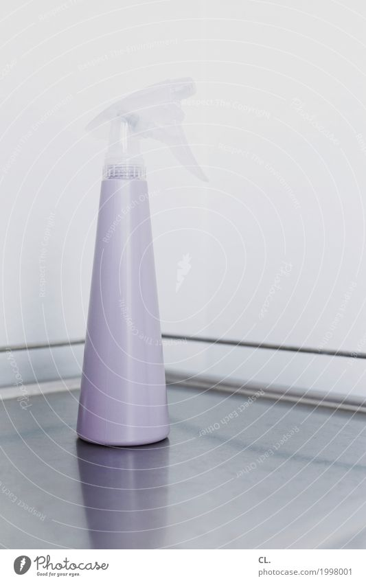 sprühflasche Tisch Mauer Wand Sprühflasche ästhetisch Sauberkeit grau violett Ordnungsliebe Reinlichkeit Reinheit rein Häusliches Leben Farbfoto Gedeckte Farben