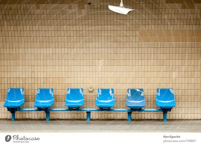 Warten auf Wartende Stadt blau Wand Hintergrundbild Mauer braun Verkehr trist leer warten Bauwerk Bahnhof Fliesen u. Kacheln Paris Sitzgelegenheit U-Bahn