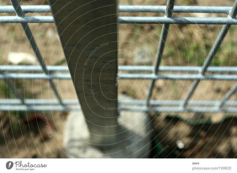 Fundamental Metall grau Gitter Metallzaun Säule Beton Farbfoto Außenaufnahme Nahaufnahme Detailaufnahme Schwache Tiefenschärfe abwärts Vogelperspektive