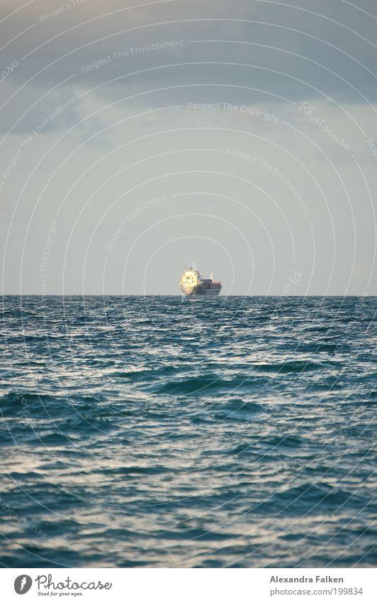 Es kommt ein Schiff geladen... Meer Einsamkeit Ferne Wasserfahrzeug Wellen Wetter Horizont Güterverkehr & Logistik Reisefotografie Schifffahrt Nordsee Fernweh