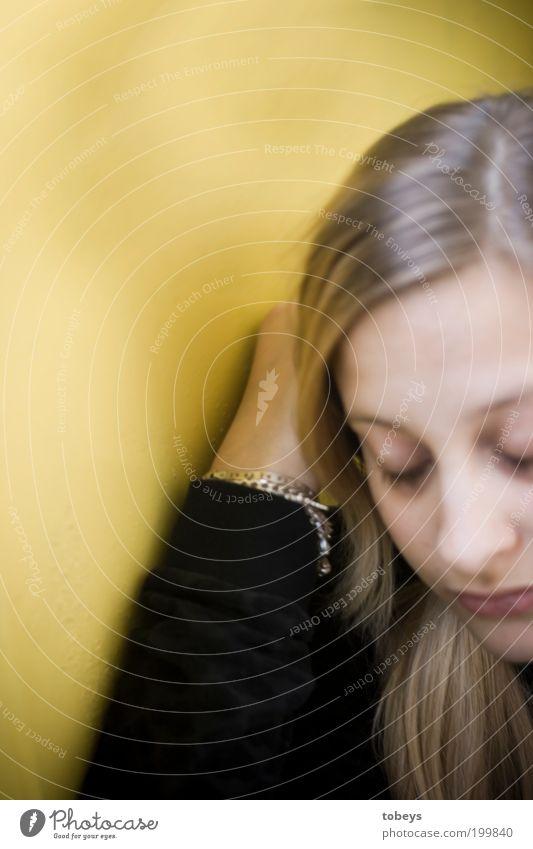 Antonia Mensch Gesicht Einsamkeit gelb Leben Erholung Gefühle träumen Traurigkeit Denken warten schlafen sitzen Lifestyle Hoffnung Trauer
