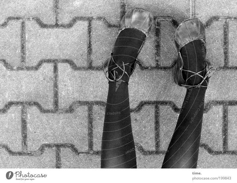 Schühchen mit Bändchen an Mädchen Sommer Beine Fuß 2 Mensch Straße Wege & Pfade Strumpfhose Schuhe grau schwarz Schuhbänder Pflastersteine parallel