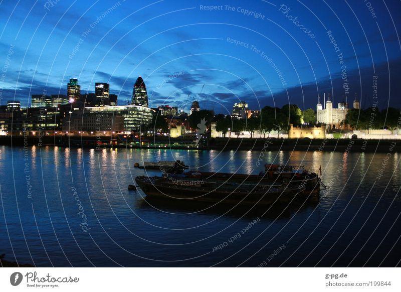Londoner Skyline Wasser Himmel blau Ferien & Urlaub & Reisen Haus Erholung Gebäude Wasserfahrzeug Fluss Hauptstadt Sonnenuntergang England Verkehr