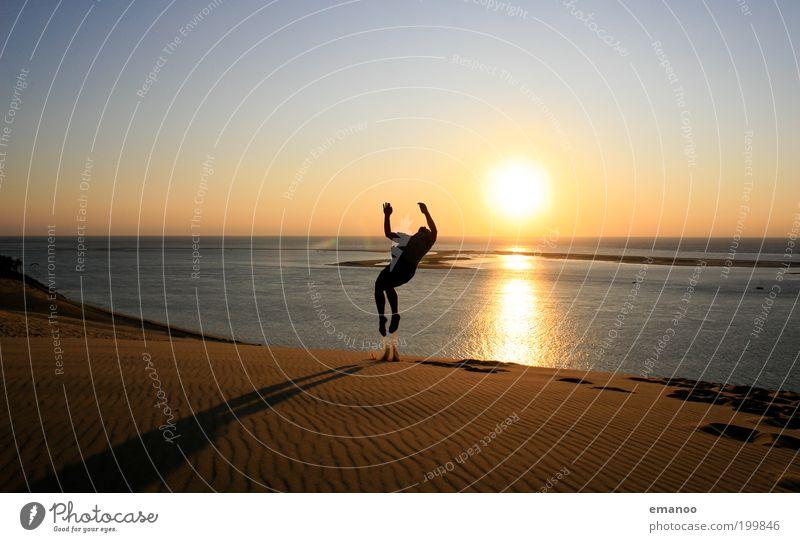 sommersalto Mensch Natur Jugendliche Sonne Ferien & Urlaub & Reisen Meer Sommer Strand Freude Erwachsene Freiheit Sand springen Horizont Freizeit & Hobby maskulin