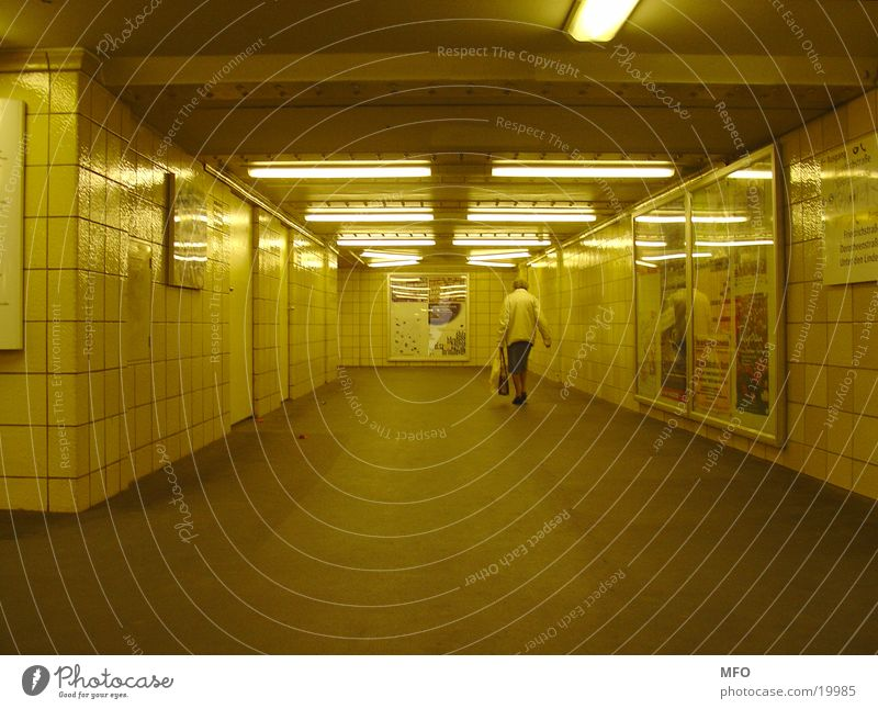 Rentnerin im U-Bahntunnel Berlin Senior Architektur Tunnel Weiblicher Senior London Underground