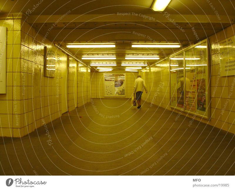 Rentnerin im U-Bahntunnel Berlin Senior Tunnel London Underground Architektur Weiblicher Senior Licht künstliche Welt