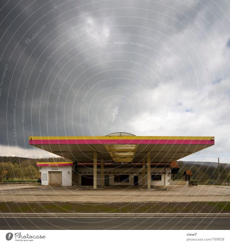 trübe Aussichten alt Himmel Einsamkeit Straße dunkel Verkehr Fassade geschlossen Industrie Energiewirtschaft Dach einfach Wandel & Veränderung Klima