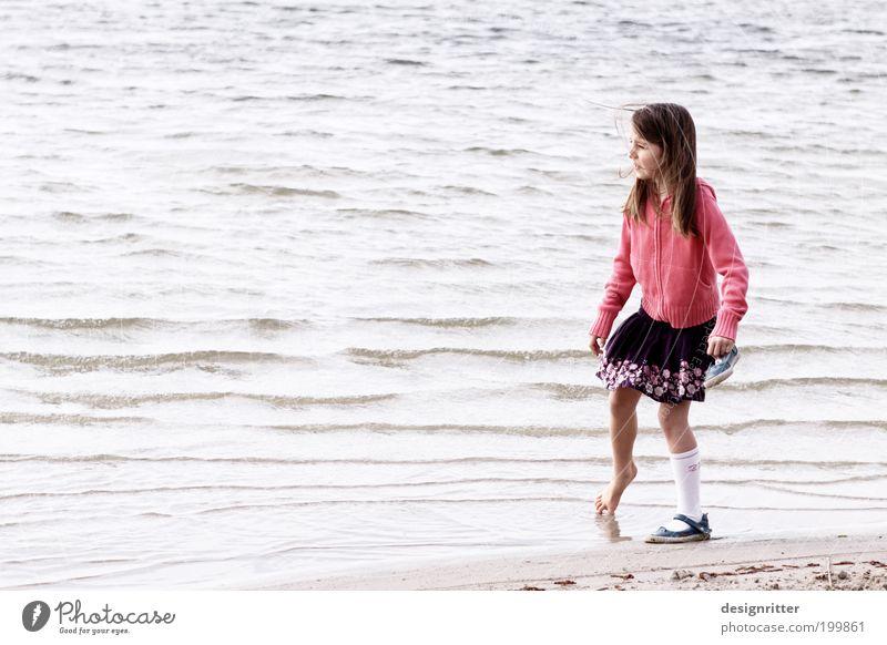 … geht über studieren. Wasser Mädchen Meer Sommer Strand Ferien & Urlaub & Reisen kalt Gefühle Fuß rosa Wetter Hoffnung Klima Kind Neugier