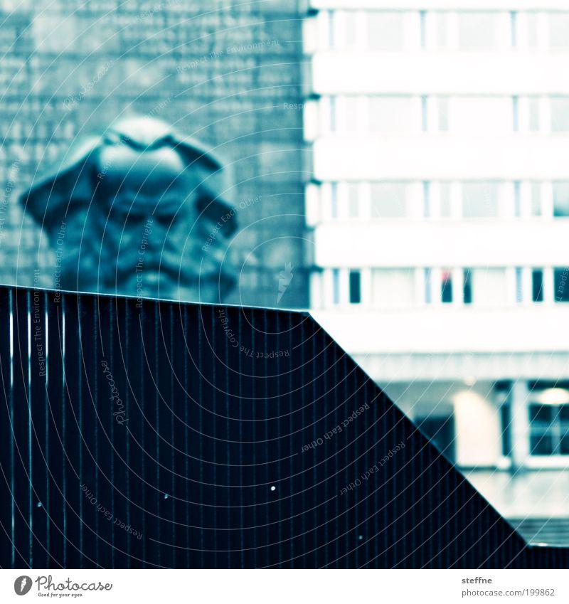 Dreiklang Chemnitz Gebäude Fassade Sehenswürdigkeit Wahrzeichen Denkmal Kopf karl marx Cross Processing Geländer Kontrast Farbfoto mehrfarbig Außenaufnahme