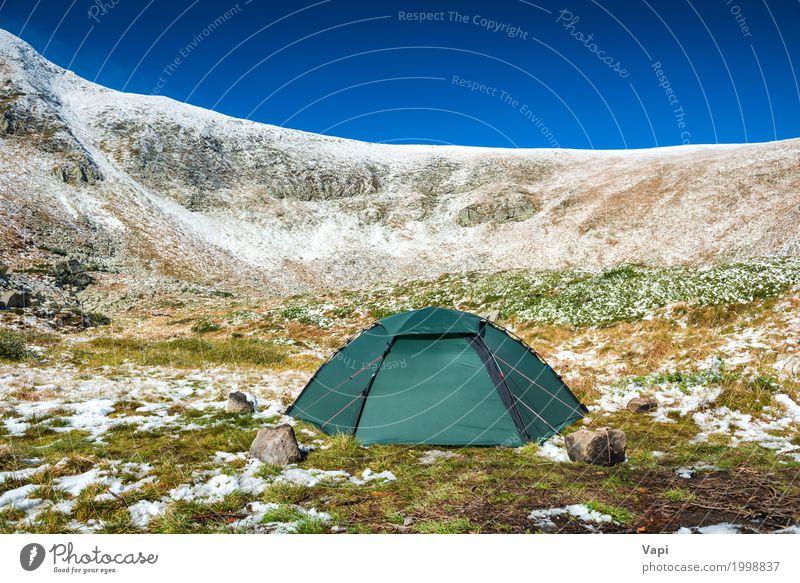 Grünes Zelt auf dem grünen Rasen in den Schneebergen Himmel Natur Ferien & Urlaub & Reisen Pflanze blau Farbe weiß Landschaft Winter Berge u. Gebirge Umwelt