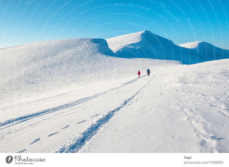 Zwei Menschen in schönen Winterbergen Frau Himmel Natur Ferien & Urlaub & Reisen Mann blau weiß Landschaft Wolken Berge u. Gebirge Erwachsene Wege & Pfade