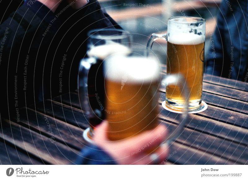 Biergartenzeit Freizeit & Hobby Restaurant 3 Mensch genießen trinken Einigkeit Freundschaft Zusammensein Feierabend Erfrischung Erfrischungsgetränk Unschärfe