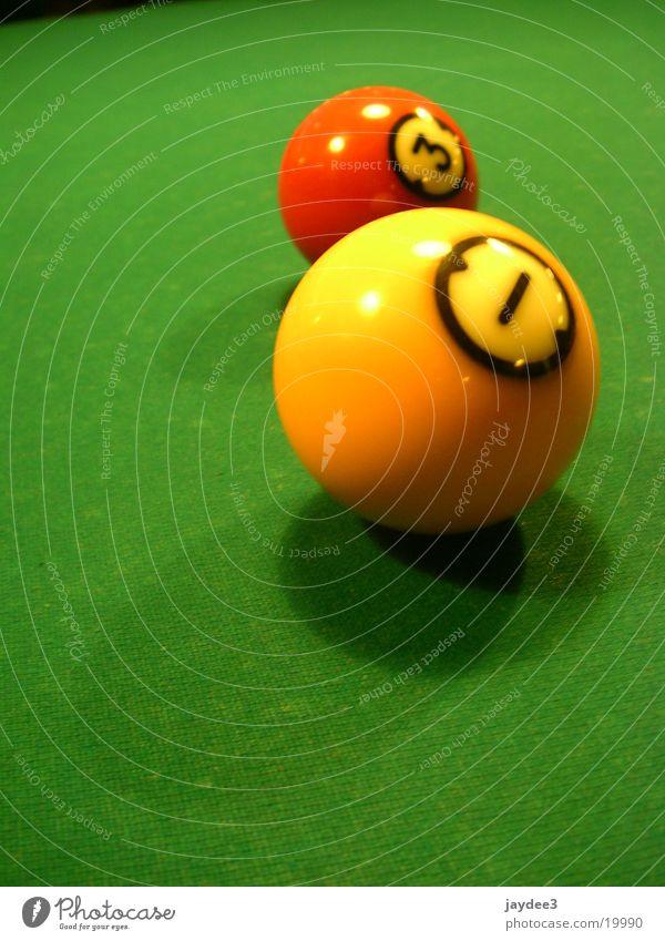 Zwei Freunde Freizeit & Hobby Billard Ziffern & Zahlen grün Billardkugel gelb Farbfoto mehrfarbig Innenaufnahme Nahaufnahme Detailaufnahme Makroaufnahme