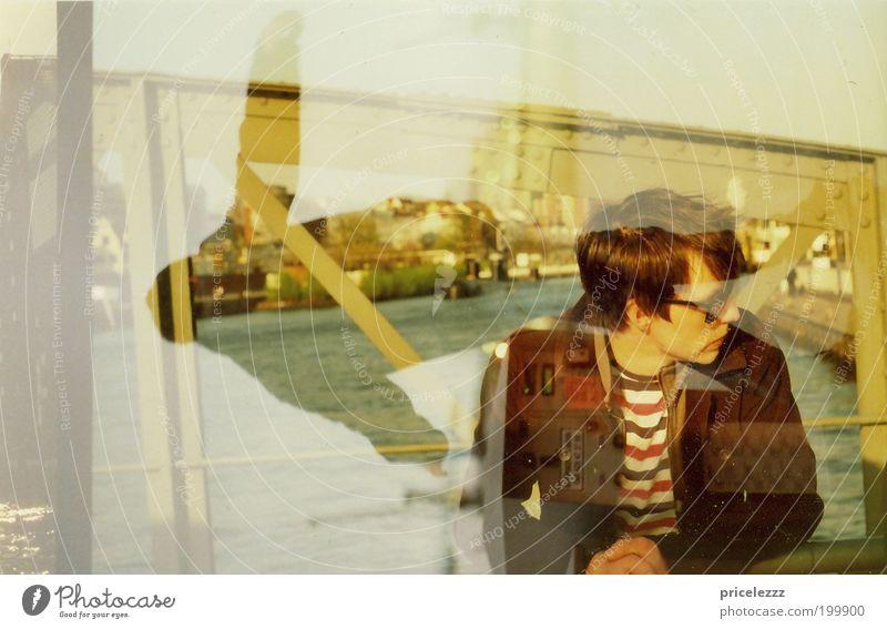 Es glitzert wieder. Jugendliche schön Stadt Erholung Erwachsene Denken träumen warten maskulin Hamburg Brücke authentisch einzigartig T-Shirt Fluss