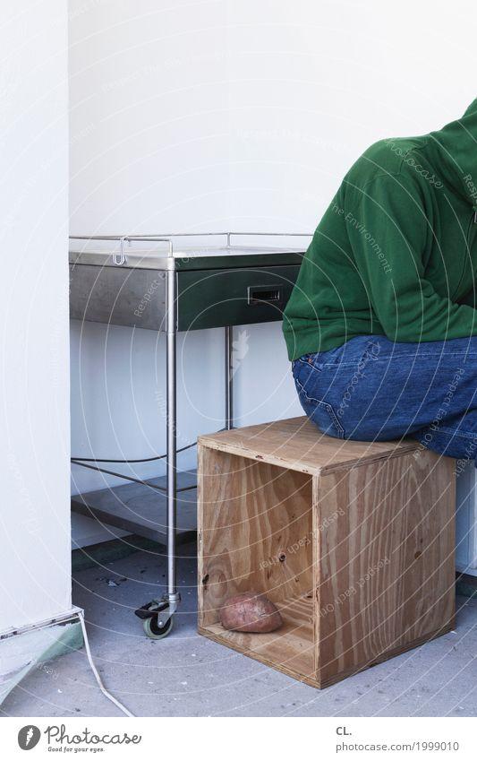 süßkartoffel Mensch Mann Erwachsene Leben Wand Mauer Lebensmittel Wohnung Häusliches Leben maskulin sitzen Kabel Möbel Jeanshose Kasten Kartoffeln