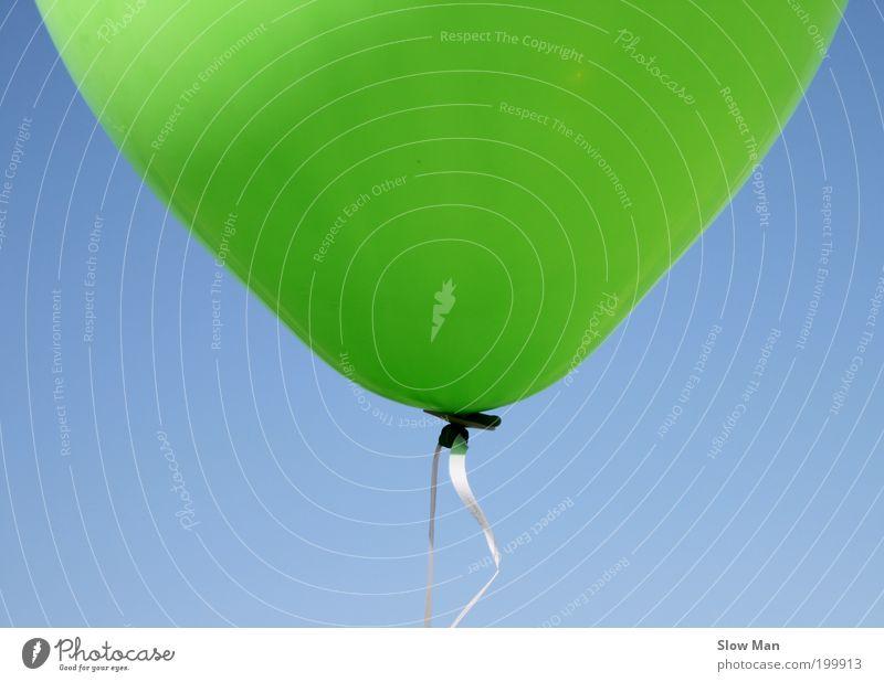 Brief-Couvert ? oder Baloon ? Himmel blau grün Sommer Freude Spielen Glück Luft Kindheit Feste & Feiern fliegen frei Fröhlichkeit Luftballon festhalten Schnur