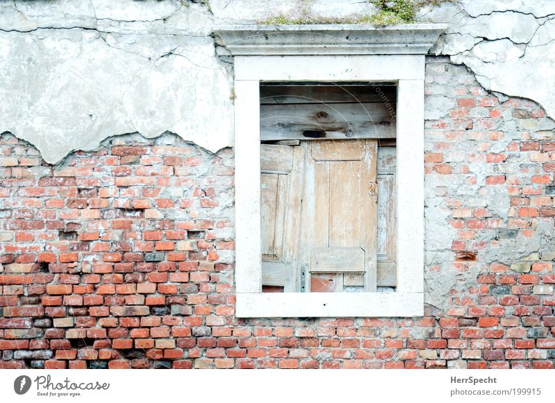 Keine guten Aussichten alt rot Haus Fenster Holz grau Stein Traurigkeit Gebäude Fassade verfallen Verfall Vergangenheit Bauwerk Ruine Krise