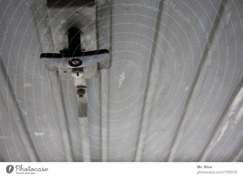 \ \ ll ///, alt grau Tür geschlossen einfach Tor Griff Garage Scheune ziehen Blech drücken aufmachen Türschloss Hebel Garagentor