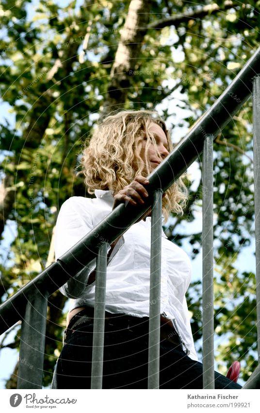 Aufwärts feminin Frau Erwachsene 1 Mensch 30-45 Jahre Umwelt Natur Pflanze Baum Bekleidung Hemd Hose Jeanshose Haare & Frisuren blond langhaarig Locken Metall