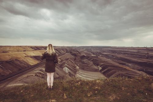 Dunkle Zeichen Mensch Frau Jugendliche Junge Frau Wolken dunkel Erwachsene Umwelt Erde Energiewirtschaft blond stehen bedrohlich Unendlichkeit Zukunftsangst