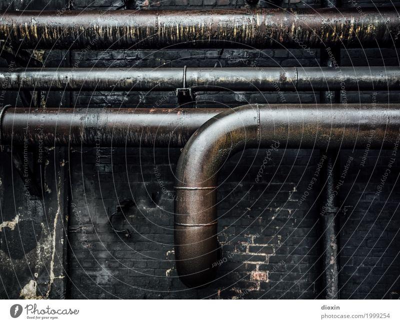 tubes alt Stadt Wand Mauer Stein Metall dreckig Energiewirtschaft Technik & Technologie authentisch Fabrik Verfall Röhren Eisenrohr Rohrleitung Industrieanlage