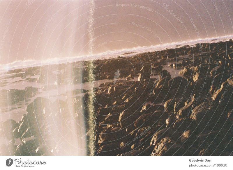 Ich wechsel schnell den Film.. Umwelt Natur Wasser kalt kaputt positiv Meer Küste Stein steinig violett Reflexion & Spiegelung Farbfoto Außenaufnahme Experiment