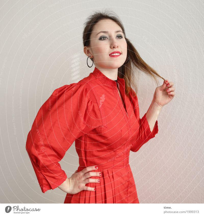 . Frau schön ruhig Freude Erwachsene Leben feminin Kraft stehen Lebensfreude beobachten Neugier festhalten Kleid Gelassenheit Vertrauen