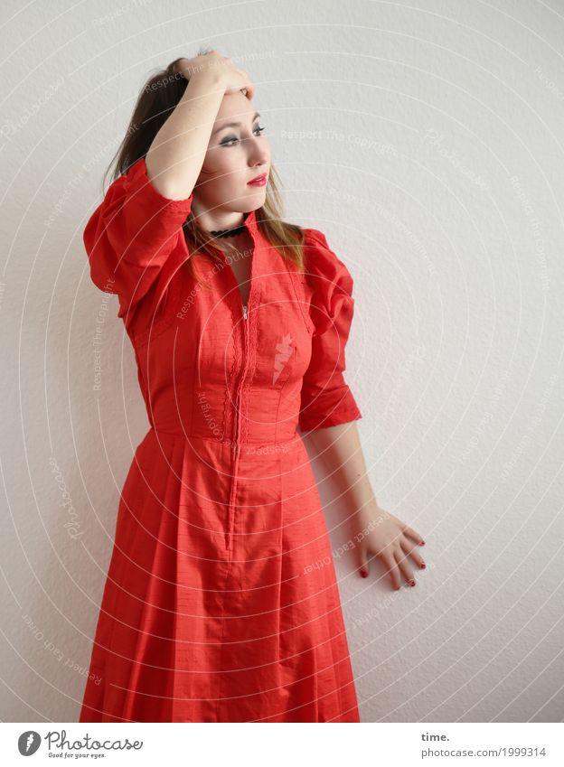 . feminin Frau Erwachsene 1 Mensch Kleid brünett langhaarig beobachten festhalten Blick stehen schön rot Sicherheit Wachsamkeit Gelassenheit Selbstbeherrschung