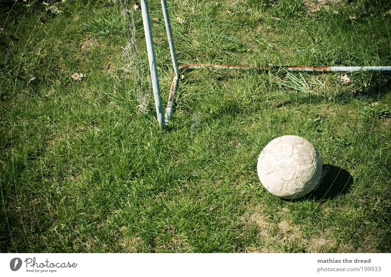 ABGELEDERT alt grün Sport Spielen dreckig Fußball trist rund liegen Freizeit & Hobby Sportrasen verfallen Rost Tor Leder