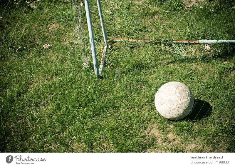 ABGELEDERT Freizeit & Hobby Spielen Sport Ballsport Fußball Sportstätten Fußballplatz liegen alt dreckig rund grün Erwartung Tor Leder Sportrasen Rost