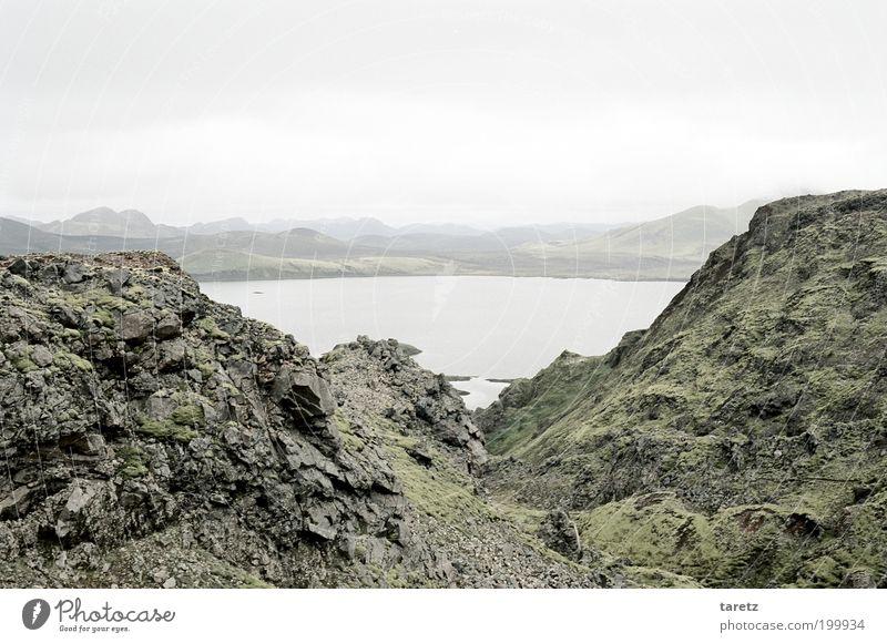 Kalter See Umwelt Landschaft kalt Stein Felsen Moos Island Geröll Ferne Aussicht Hügel Wolken bleich grau leer Natur ruhig Einsamkeit mystisch malerisch