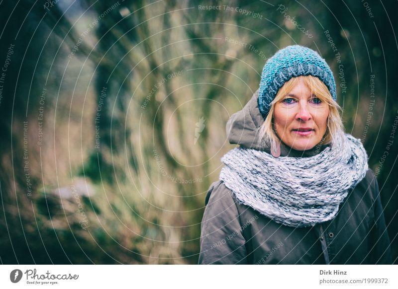 Frau mit Mütze in kalter Jahreszeit Mensch feminin Erwachsene Leben 1 45-60 Jahre Jacke blond einzigartig natürlich blau Blick beobachten Wald Spaziergang