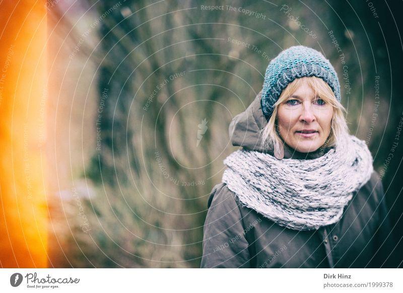 Lichteinfall Mensch Frau Winter Wald Erwachsene kalt Herbst feminin blond 45-60 Jahre beobachten Freundlichkeit Spaziergang Mutter Mütze herbstlich